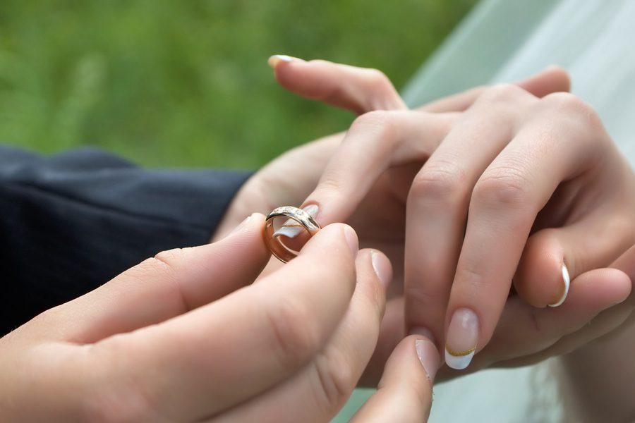 картинки как парень одевает кольцо ней сентябре